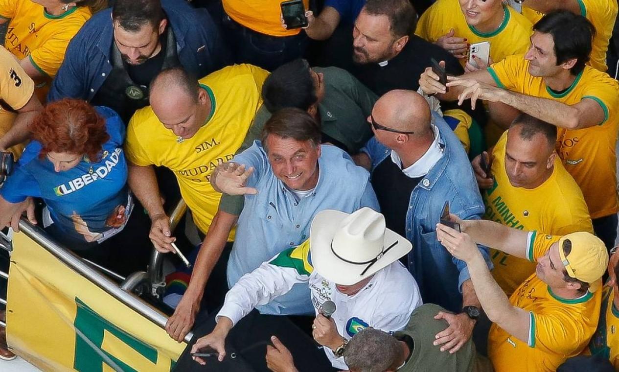 Momento em que Bolsonaro chega ao ato para discursar em palanque na Avenida Paulista Foto: Miguel Schincariol / AFP