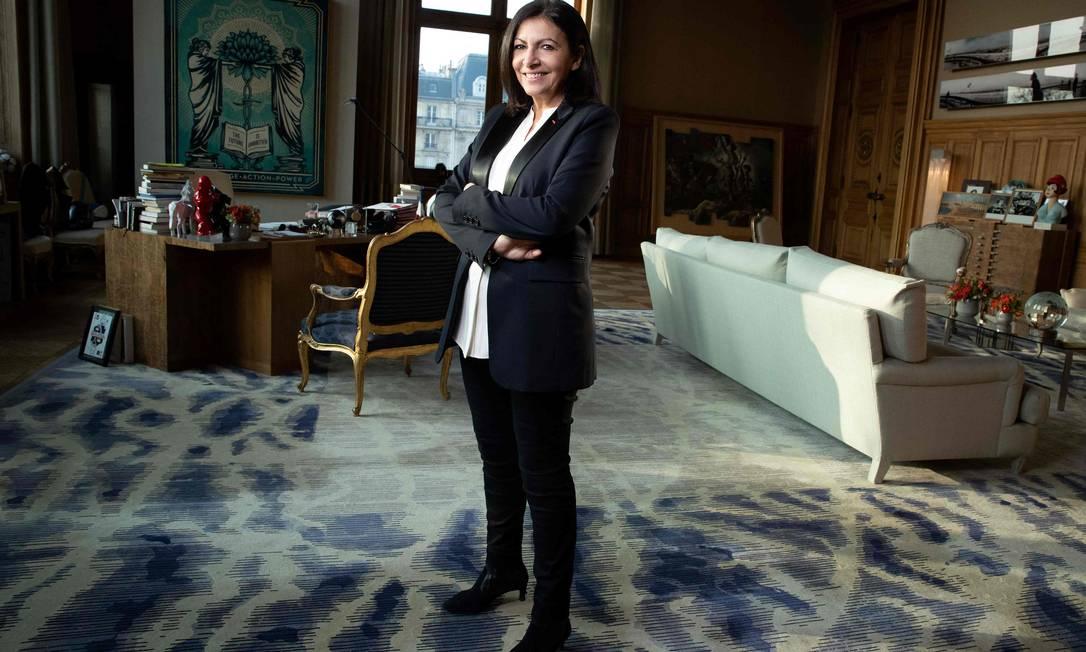 A prefeita de Paris, Anne Hidalgo, posa durante uma sessão de fotos em seu gabinete, em janeiro de 2020 Foto: JOEL SAGET / AFP