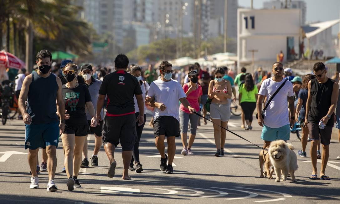 Cariocas e turistas caminham na orla do Leblon, no Rio. Foto: Ana Branco / Agência O Globo