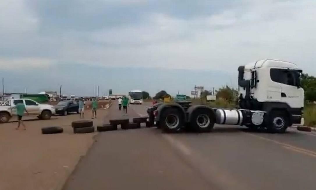 Caminhão bloqueia rodovia em Araguaína, em Tocantis Foto: Reprodução