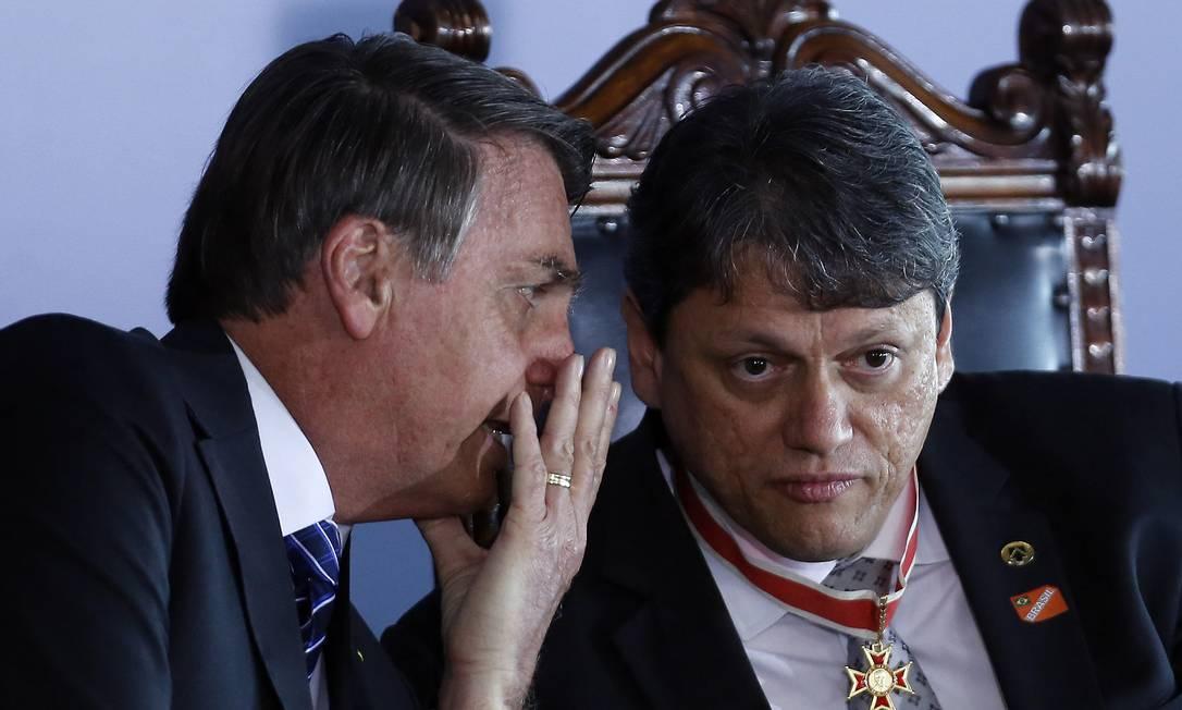 Presidente Jair Bolsonaro e o ministro da Infraestrutura, Tarcísio de Freitas Foto: Jorge William / Agência O Globo
