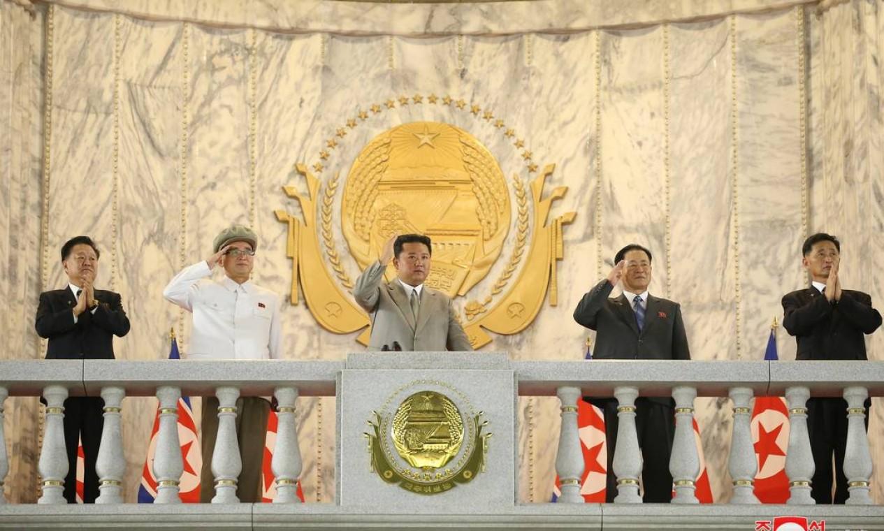 O líder da Coreia do Norte Kim Jong Un acena para multidão na praça Kim Il Sung Foto: KCNA / via REUTERS