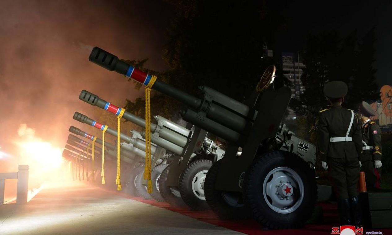 Canhões são disparados durante um desfile comemorativo Foto: KCNA / via REUTERS