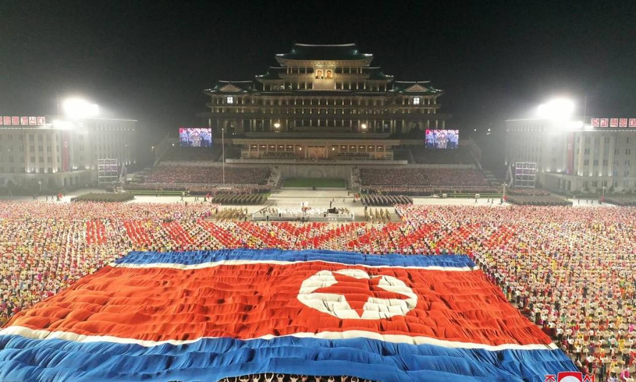 Bandeira gigante da Coreia do Norte é estendida durante parada militar na Praça Kim Il Sung em Pyongyang Foto: STR / AFP