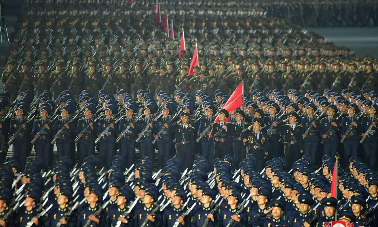 Soldados marcham durante uma parada militar realizada para marcar o 73º aniversário da fundação da república, na praça Kim Il Sung, em Pyongyang Foto: STR / AFP