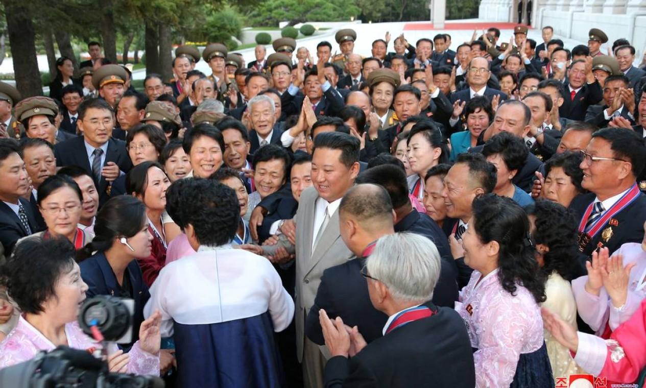 O líder norte-coreano Kim Jong Un cumprimenta as pessoas durante um evento para marcar o 73º aniversário da fundação da Coreia do Norte Foto: KCNA / via REUTERS