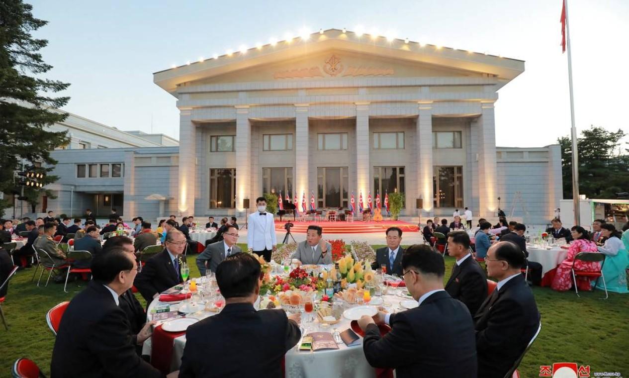 O líder norte-coreano Kim Jong Un se reúne com autoridades nacionais durante banquete comemorativo Foto: KCNA / via REUTERS