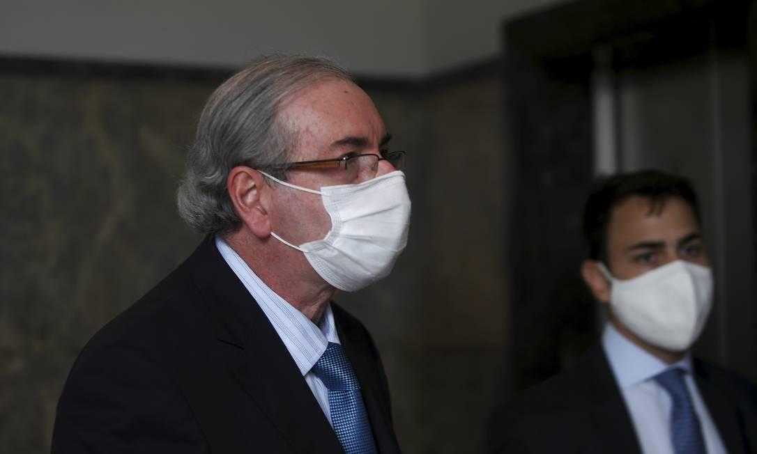 Eduardo Cunha chega à sede da PF no Rio de Janeiro acompanhado de advogados Foto: FABIANO ROCHA / Agência O Globo