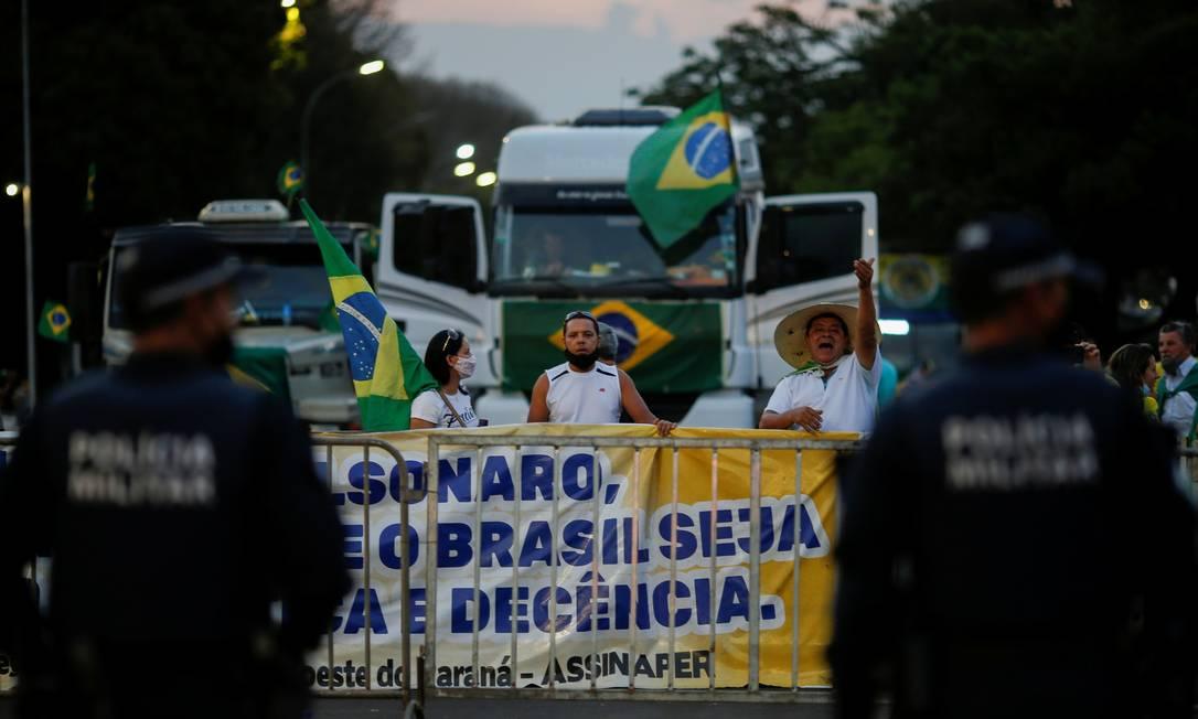 Policiais fica ao lado de um bloqueio para impedir o acesso de caminhoneiros e apoiadores do Presidente Jair Bolsonaro à sede do Supremo Tribunal Federal durante um protesto em Brasília, Brasil, 8 de setembro de 2021. REUTERS / Adriano Machado Foto: Adriano Machado / REUTERS