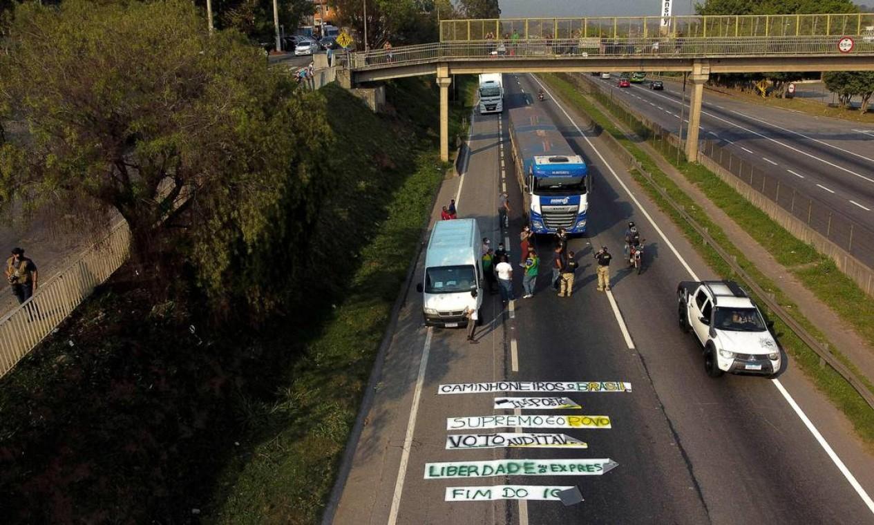 Caminhoneiros bloqueiam rodovia Regis Bittencourt (BR-116), 30 quilômetros ao sul de São Paulo, em manifestação de apoio ao Presidente Jair Bolsonaro Foto: Miguel Schincariol / AFP