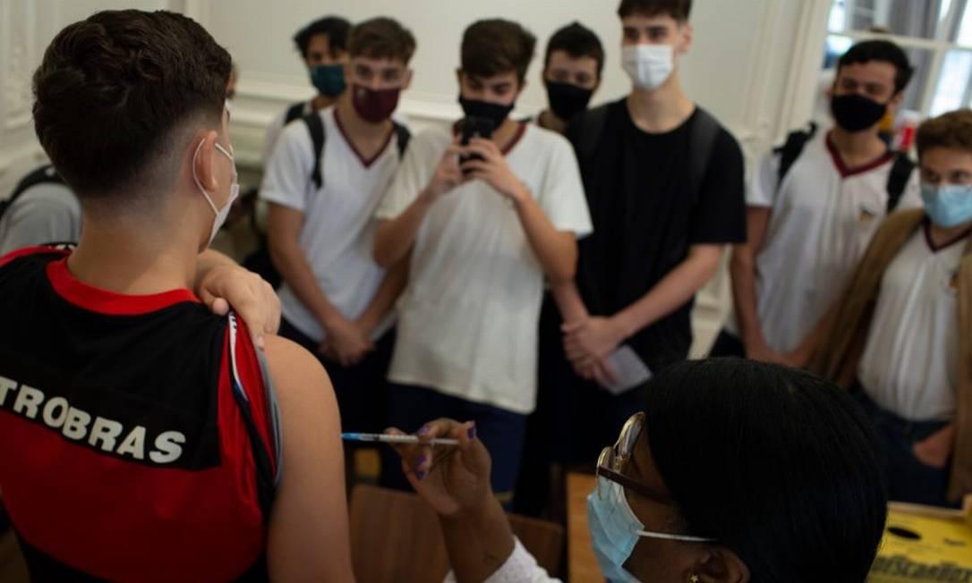 Adolescentes tomam vacina contra Covid-19 na Casa Firjan, em Botafogo Foto: Márcia Foletto / Agência O Globo