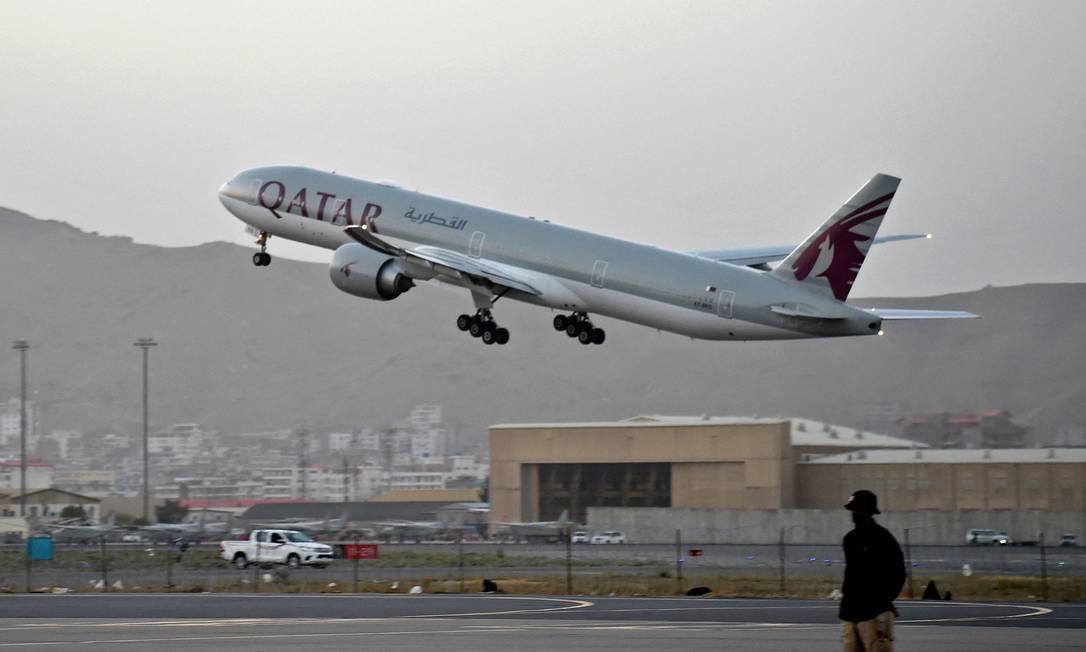 Avião da Qatar Airways deixa o aeroporto de Cabul Foto: WAKIL KOHSAR / AFP