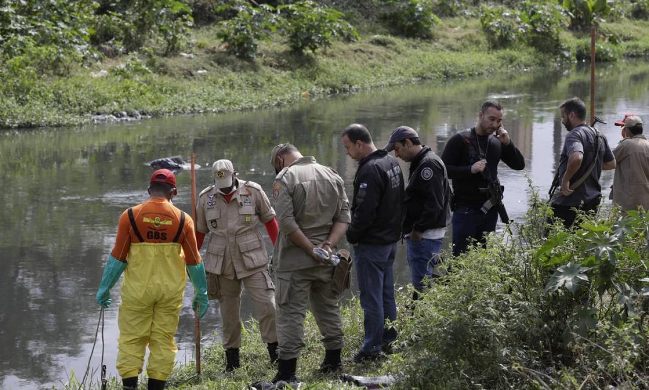 Na busca pelos corpos dos três meninos desaparecidos na Baixada, Polícia Civil encontra uma ossada dentro de um saco às margens do Rio Botas, em Belford Roxo Foto: Gabriel de Paiva / Agência O Globo - 30/07/2021