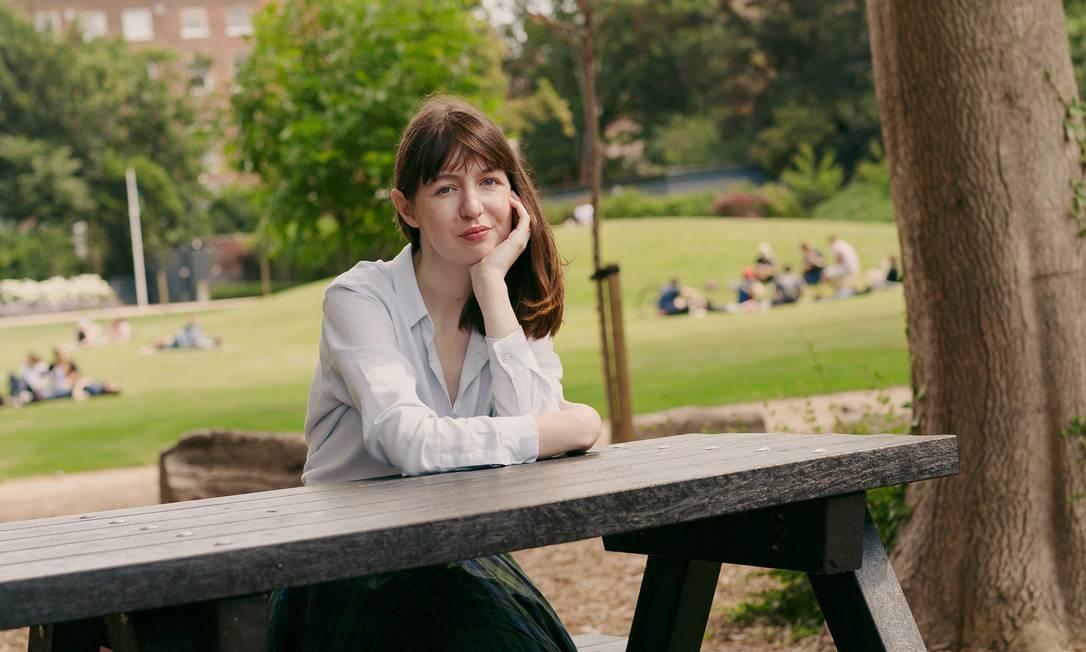 A escritora Sally Rooney, autora de 'Normal People', lança novo livro, 'Belo mundo, onde você está?' Foto: ELLIUS GRACE / NYT
