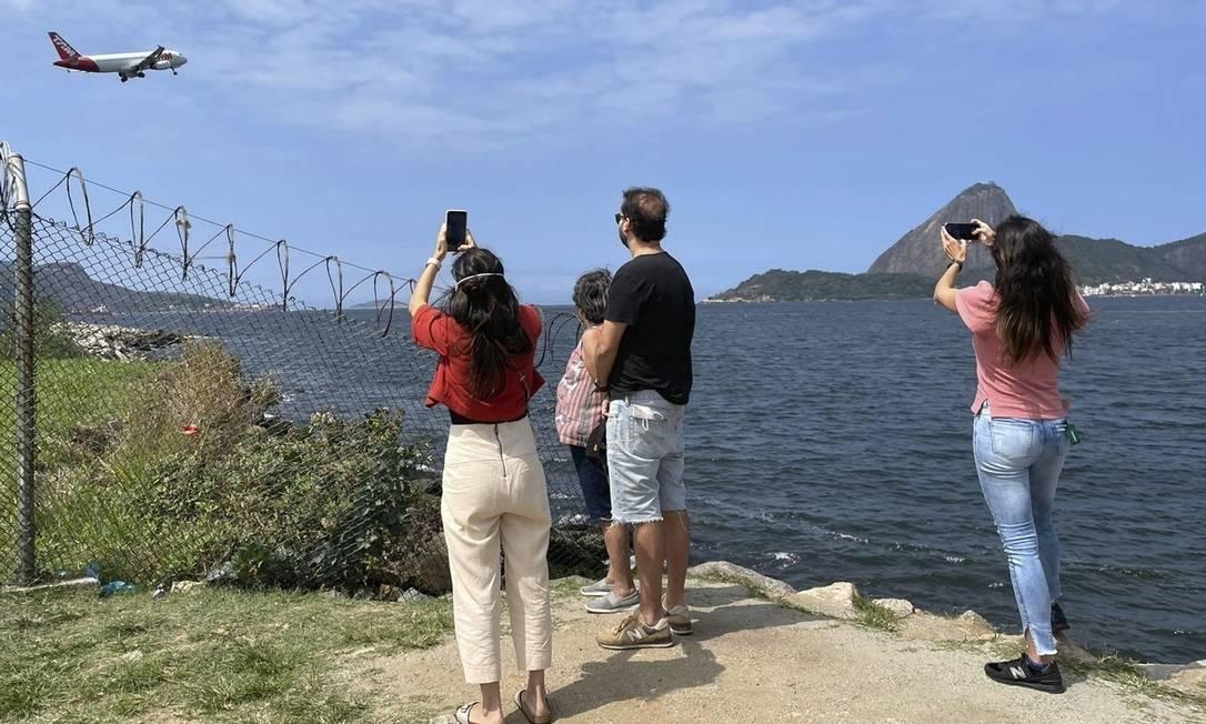 """O melhor ângulo. Renata (à esquerda) com a família na """"beira"""" do Aterro Foto: Natália Boere"""