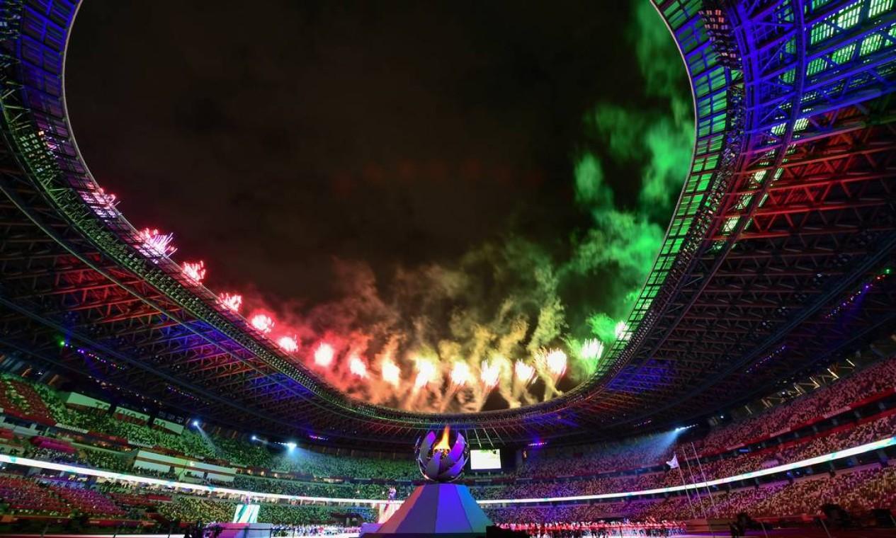Fogos de artifício colorem o céu do estádio Olímpico de Tóquio, durante cerimônia de encerramento dos Jogos Paralímpicos Foto: PHILIP FONG / AFP