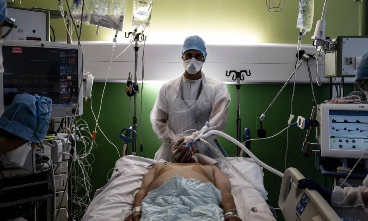 Médico cuida de paciente infectado com Covid-19 na unidade de terapia intensiva (UTI) do hospital Lyon-Sud, em Pierre-Bénite, França Foto: JEFF PACHOUD / AFP