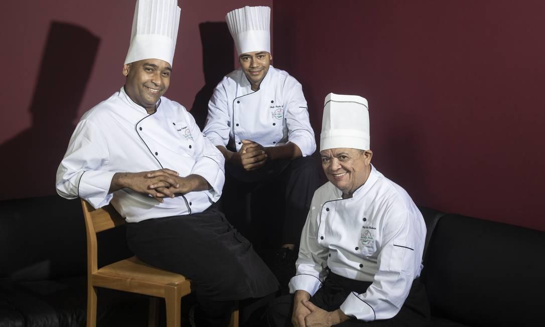 Ora Pois. Caique Nogueira, Paulo Giovani e Clovis Florencio são os chefs do bar Foto: Leo Martins / Leo Martins