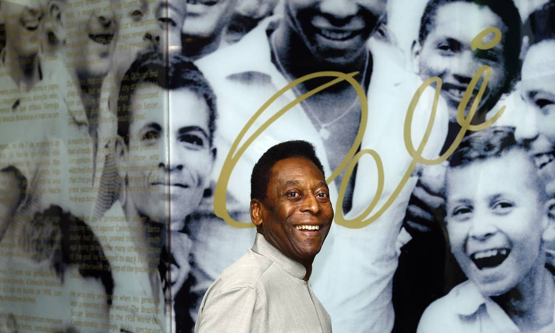 Pelé foi internado para a retirada de um tumor Foto: Ricardo Saibun / Divulgação Santos