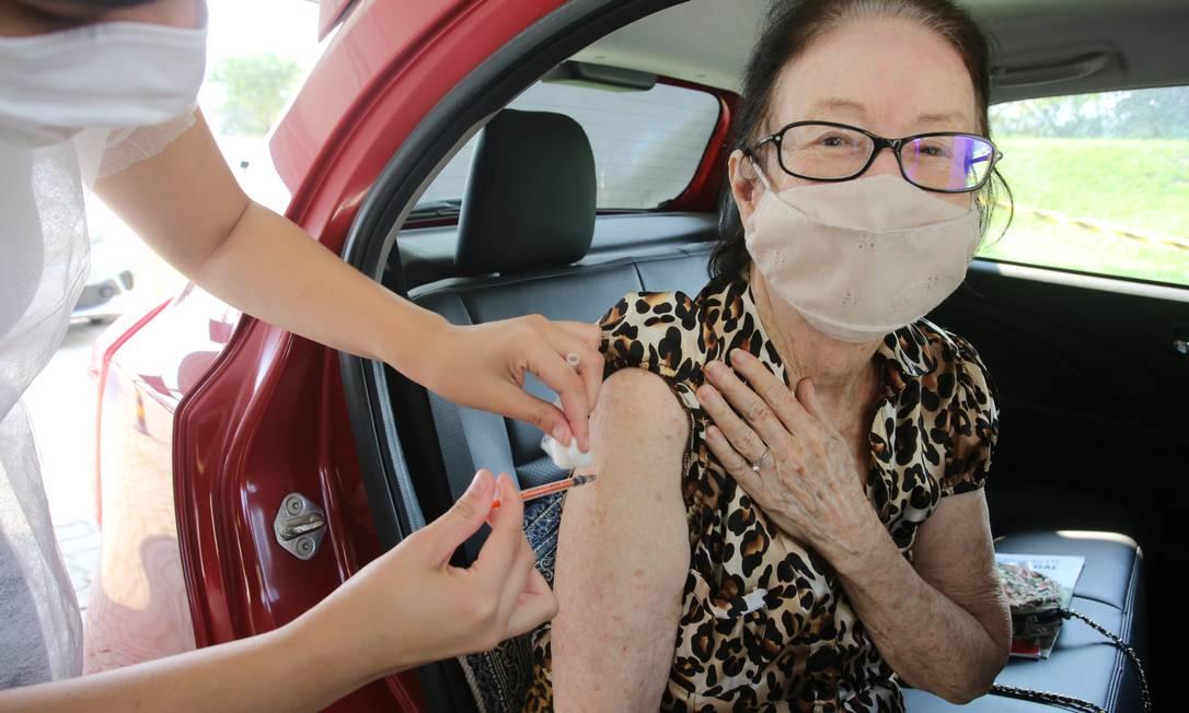 Imunização no posto drive-thru, um dos oito disponíveis Foto: Divulgação / Prefeitura de Niterói