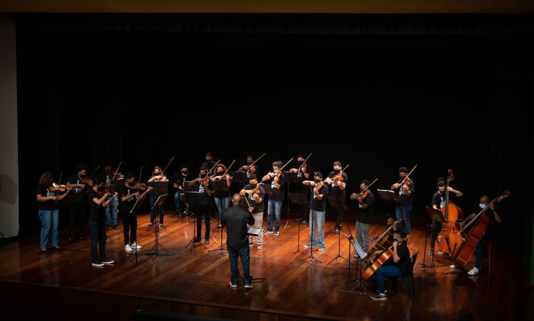 Grupo é formado por jovens músicos: canções de Dona Ivone Lara e Djavan também estarão na apresentação Foto: Divulgação / Orquestra da Grota