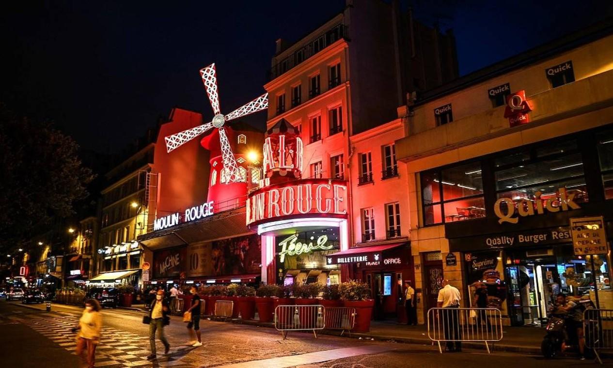 O moinho vermelho do Moulin Rouge é um verdadeiro cartão-postal na boêmia região de Montmartre, em Paris Foto: CHRISTOPHE ARCHAMBAULT / AFP