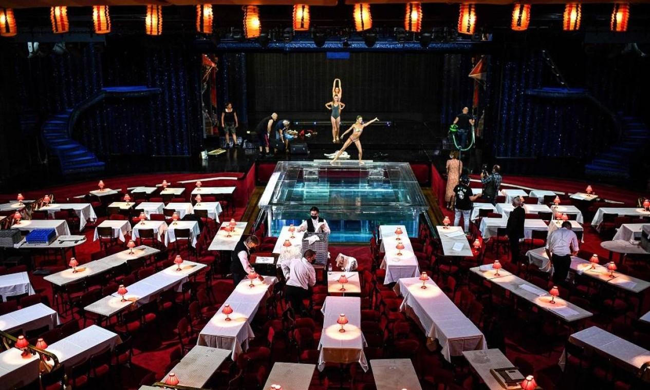 Garçons preparam o salão do Moulin Rouge, antes da reabertura, em 10 de setembro Foto: CHRISTOPHE ARCHAMBAULT / AFP