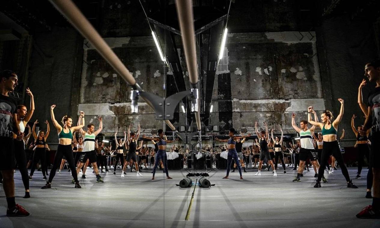 Trabalho duro também sem plumas: bailarinos ensaiam nos bastidores do Moulin Rouge, em Paris Foto: CHRISTOPHE ARCHAMBAULT / AFP