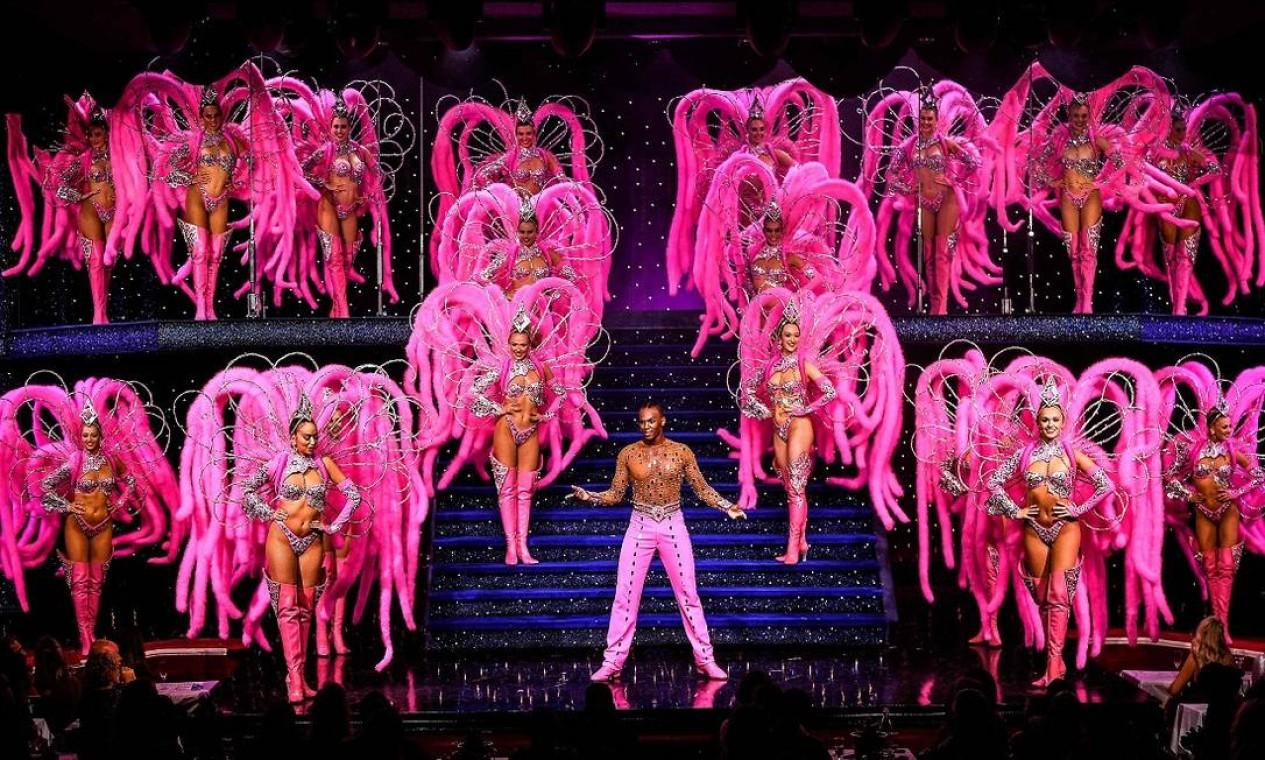Bailarinos durante os ensaios que antecederam a reabertura do Moulin Rouge, em Paris, após um ano e meio sem apresentações Foto: CHRISTOPHE ARCHAMBAULT / AFP