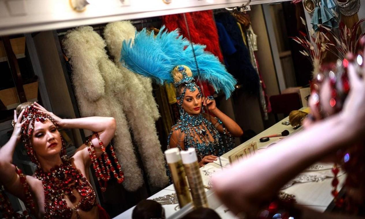 Bailarinas se preparam no camarim para subir ao palco, durante os períodos de ensaio para a reabertura do Moulin Rouge, em Paris Foto: CHRISTOPHE ARCHAMBAULT / AFP