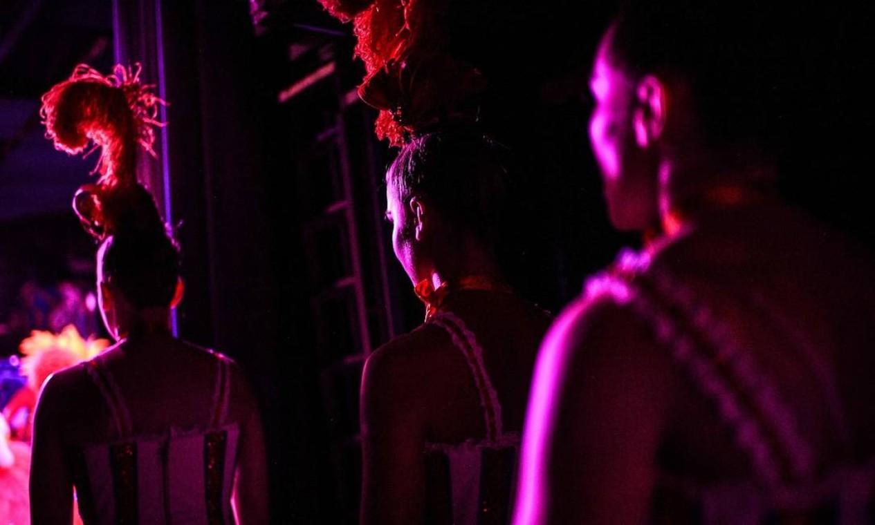 Dançarinas do Moulin Rouge se alinham na coxia, durante o período de ensaios para a reabertura do teatro Foto: CHRISTOPHE ARCHAMBAULT / AFP