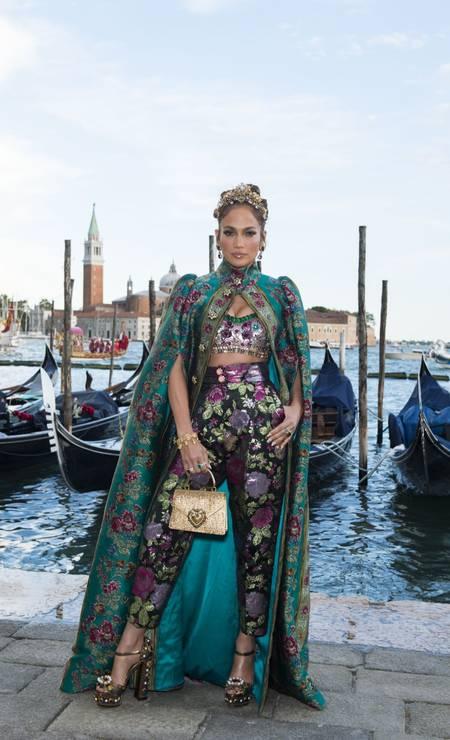 Jennifer Lopez chegando ao desfile; Uma das 35 estrelas convidadas pela grife Foto: Divulgação