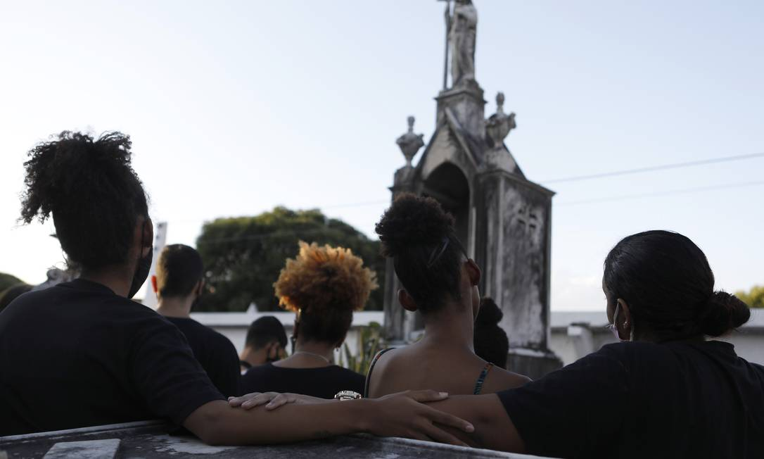 Sepultamento do corpo da jovem Kathlen Romeu, grávida morta durante uma ação da PM no Complexo do Lins em junho deste ano: apesar da queda nos homicídios, violência ainda assusta Foto: Luiza Moraes / Agência O Globo