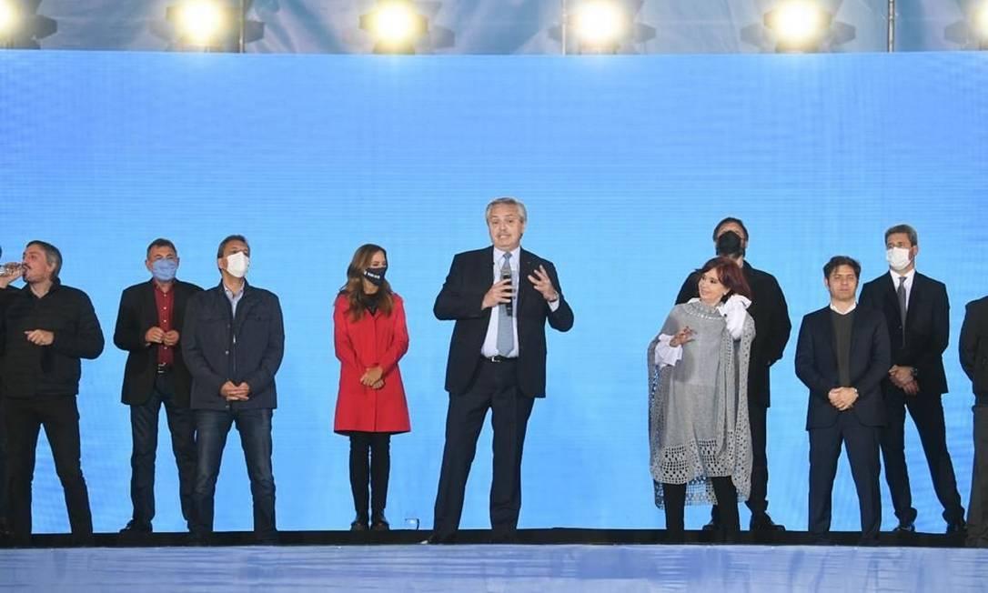Cristina ao lado de Fernández em comício de encerramento da campanha para as primárias deste domingo; participação de eleitores definirá quem venceu Foto: Presidência da Argentina