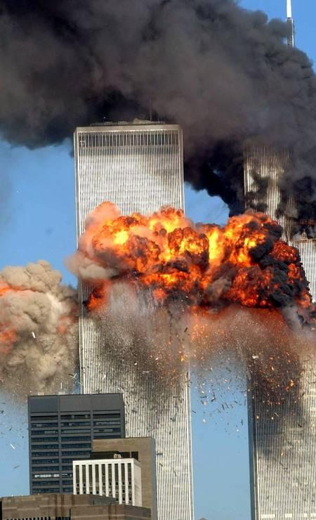 Explosão de fogo abala a torre sul do World Trade Center quando o voo 175 da United Airlines sequestrado de Boston bate no prédio em 11 de setembro de 2001 na cidade de Nova York Foto: Spencer Platt / Agência O Globo