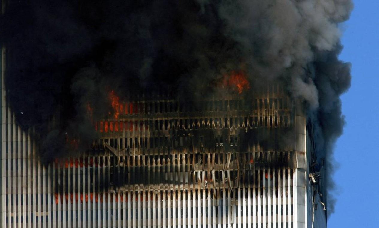 Fumaça e chamas saem das torres gêmeas do World Trade Center antes de seu colapso em Manhattan, Nova York Foto: HENNY RAY ABRAMS / AFP