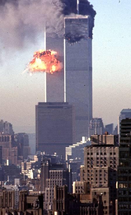 Fumaça e chamas irrompem das torres gêmeas do World Trade Center depois que dois aviões sequestrados alvejaram o símbolo de poder econômico da ilha de Manhattan, Nova York Foto: SETH MCALLISTER / AFP