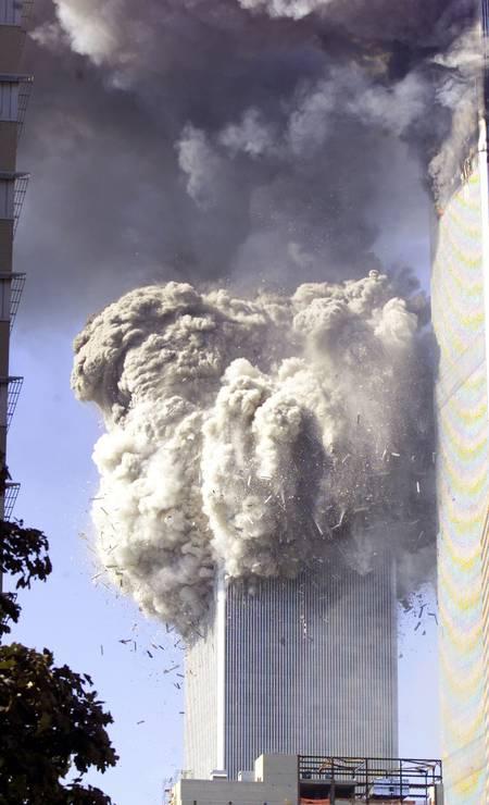 Momeno em que a torre dois do World Trade Center caiu ao solo Foto: Jeff Christensen / Reuters - 11/9/2001