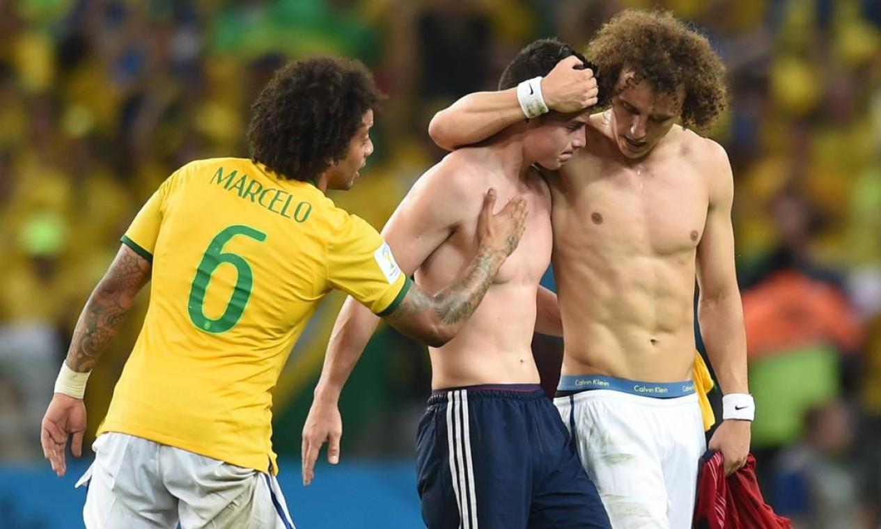 David Luiz consola o meia colombiano James Rodriguez depois da vitória brasileira, no Castelao, em Fortaleza, nas quartas-de-final da Copa de 2014 Foto: VANDERLEI ALMEIDA