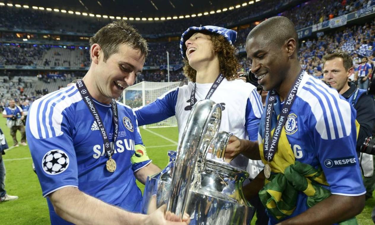 Os brasileiros David Luiz e Ramires comemorando o título da Liga dos campeões, temporada 2011-2012 Foto: Arquivo