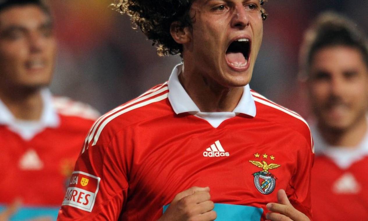 David Luiz comemora depois de marcar pelo Benfica, em 2009, no time português pelo qual jogou 130 partidas, fez seis gols e deu nove assistências Foto: Francisco Leong