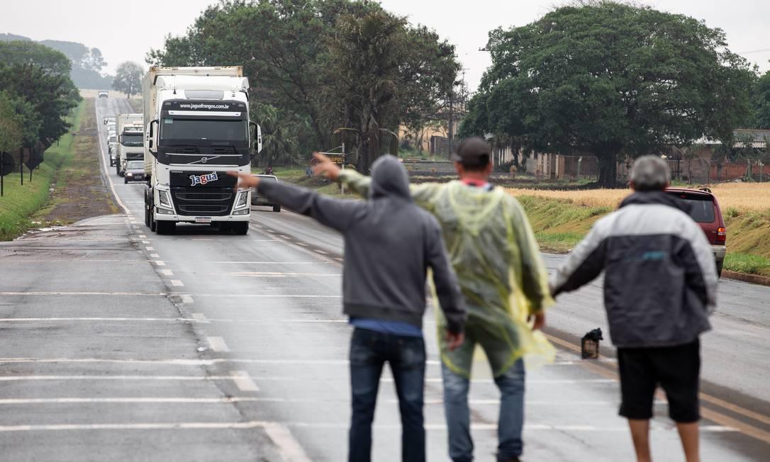 Caminhoneiros fazem paralisação na PR-170 nas proximidades da cidade de Rolândia, no Paraná Foto: FramePhoto / Agência O Globo