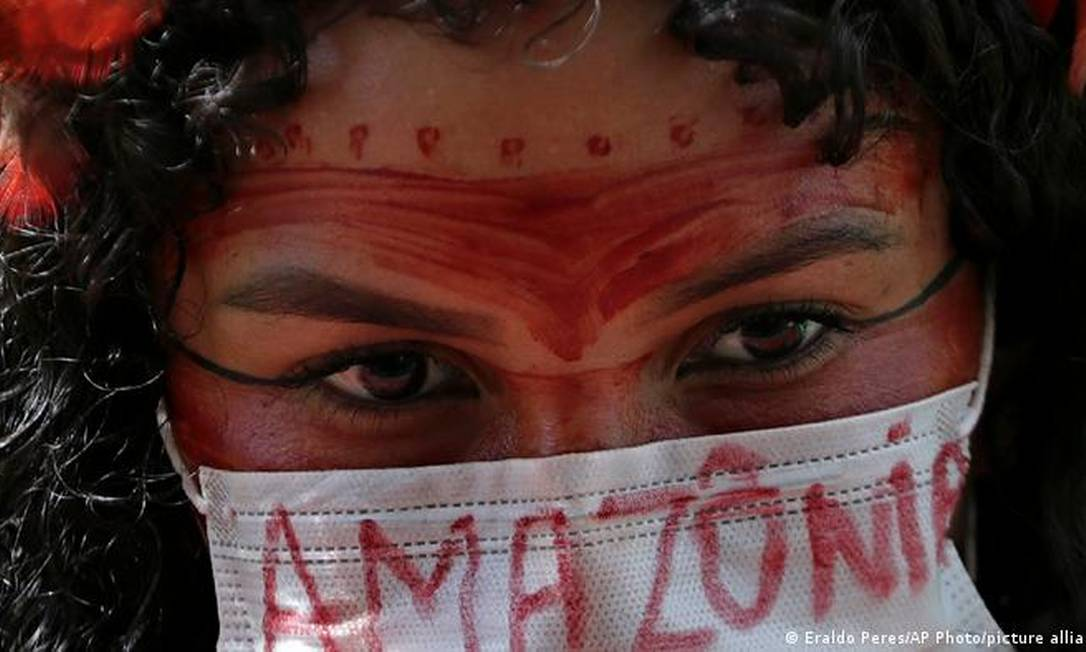 Mulher indígena protesta contra Bolsonaro em Brasília em abril de 2020: a maior parte (75%) dos assassinatos de ambientalistas brasileiros em 2020 ocorreu na Amazônia e vitimou indígenas Foto: Eraldo Peres/AP Photo/picture alliance