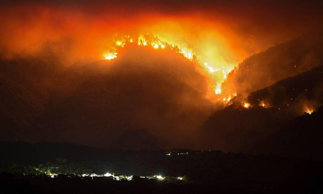 Uma grande mobilização continua na Espanha tentando controlar um grande incêndio que já queimou seis mil hectares de floresta em quatro dias, na zona sul de Málaga, onde as autoridades decidiram realizar novas evacuações Foto: JORGE GUERRERO / AFP