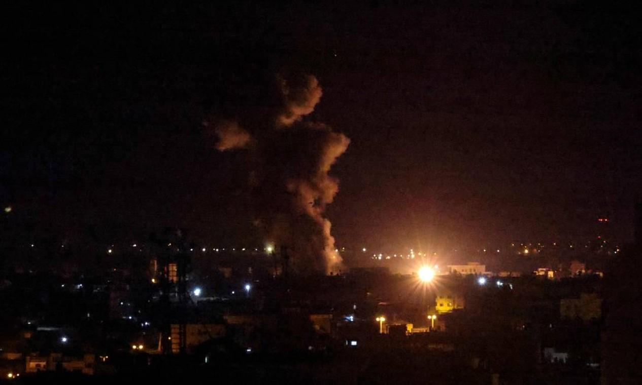 Fumaça e bola de fogo sobem após um ataque aéreo em Rafah, no sul da Faixa de Gaza Foto: SAID KHATIB / AFP