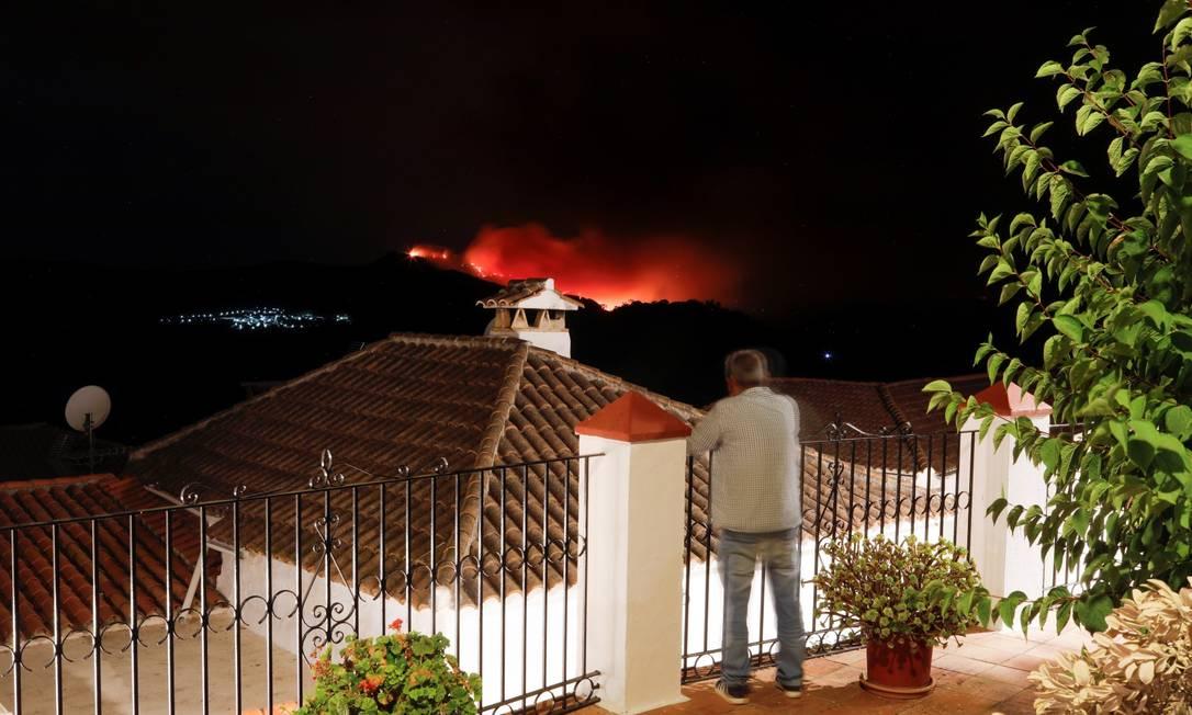 Um homem acompanha incêndio florestal em Pujerra, Espanha Foto: JON NAZCA / REUTERS