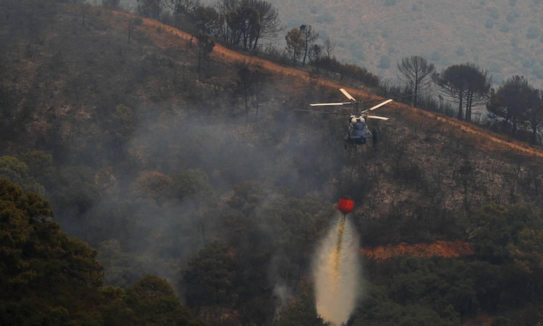 Depois de cinco dias, mais de 41 aeronaves ainda tentam conter as chamas na região Foto: JON NAZCA / REUTERS