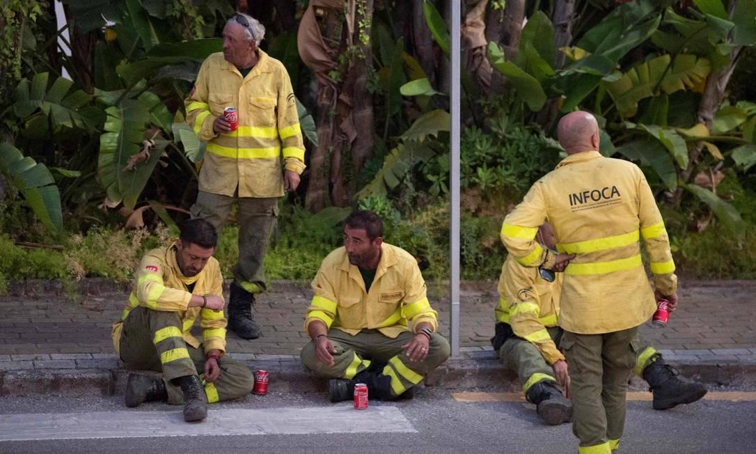 Equipe do Serviço de Extinção de Incêndios Florestais da Andaluzia (Infoca) descansa antes de voltar ao trabalho para conter as chamas na província de Málaga Foto: JORGE GUERRERO / AFP