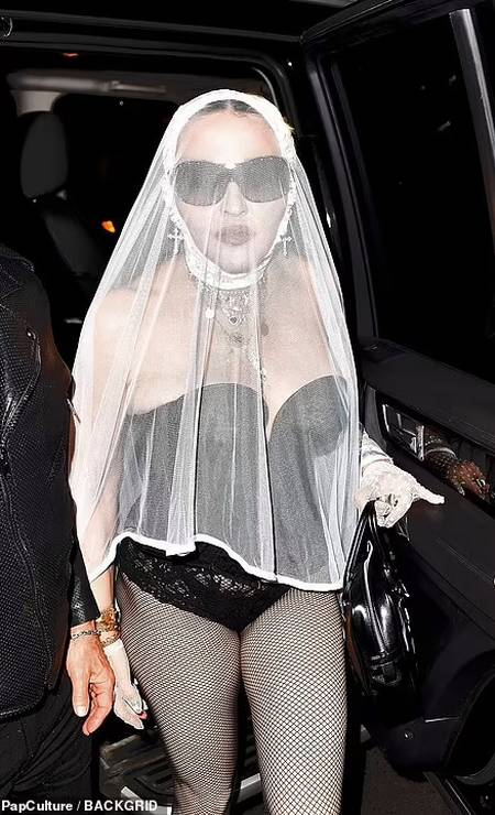 Após aparição surpresa no VMA's, Madonna vai a festa vestida de noiva Foto: Backgrid via Daily Mail