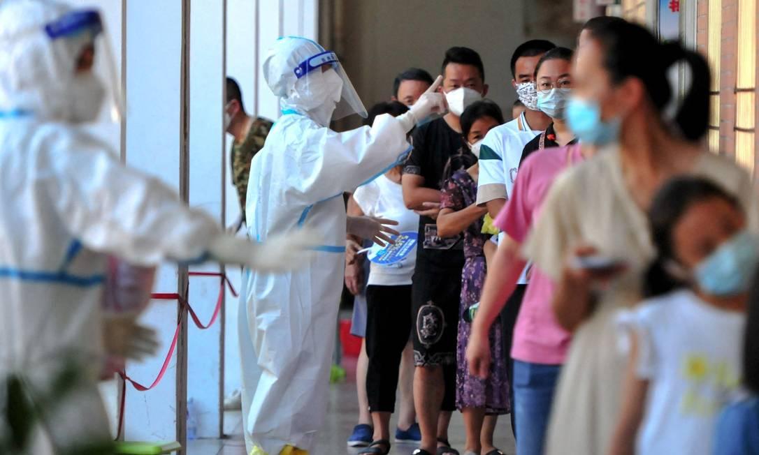Moradores de Putian, na China, passam por testagem em massa durante novo surto de Covid-19 Foto: - / AFP